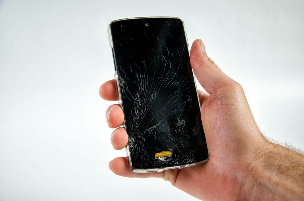 celular com a tela quebrada e trincada