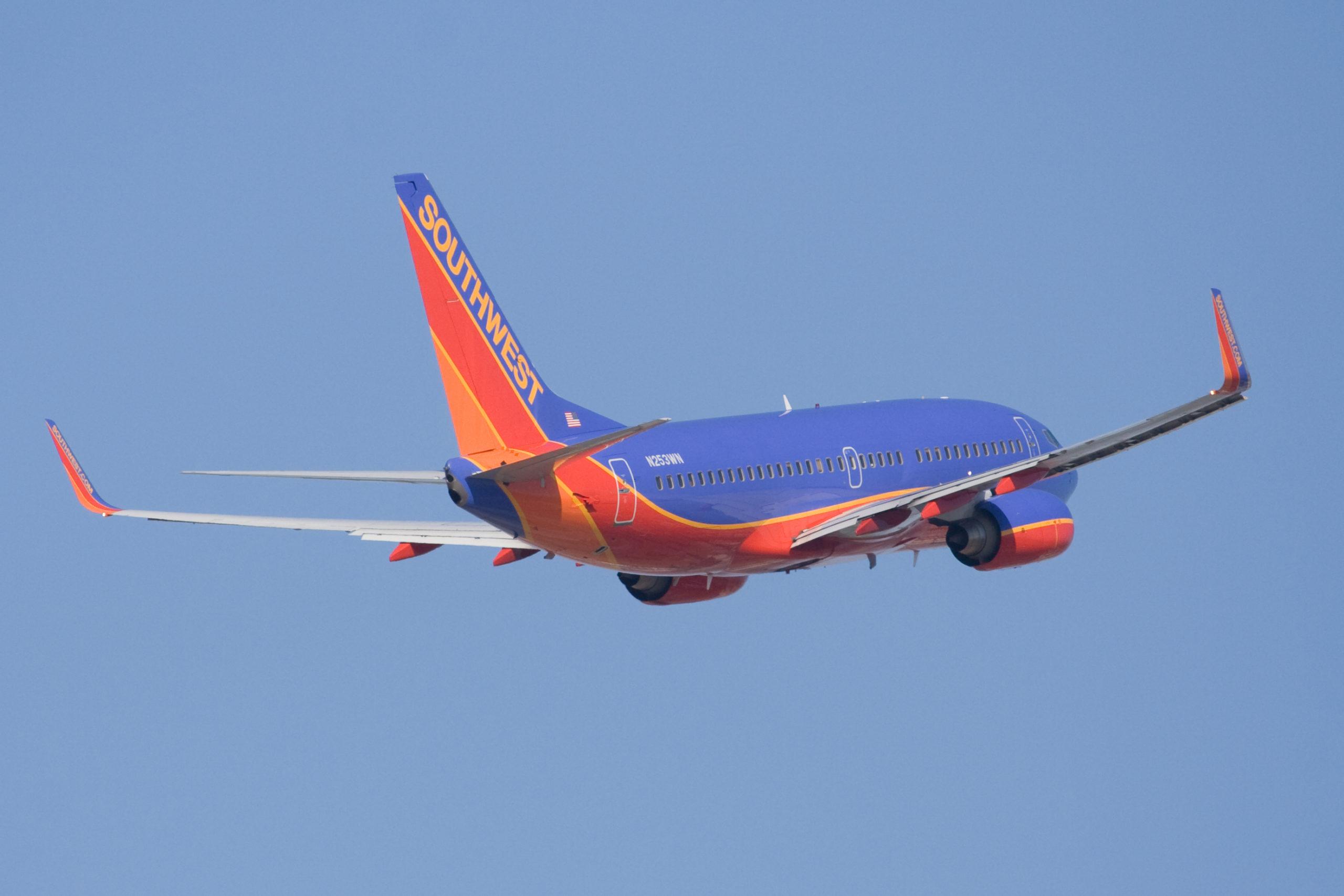 imagem de um avião no céu ilustrativo texto seguro viagem
