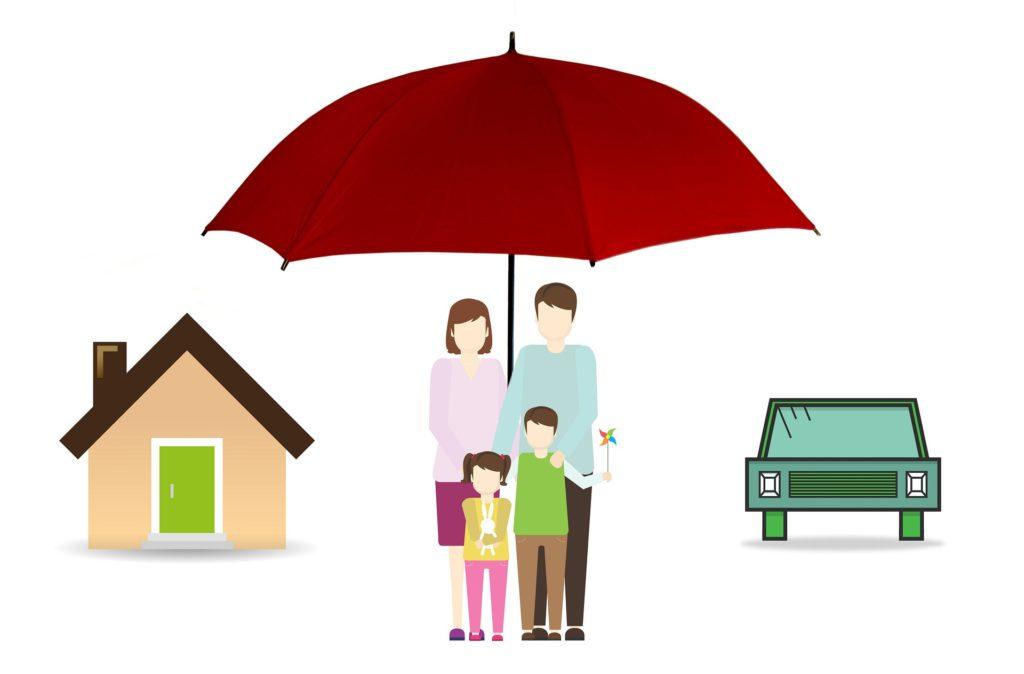 Ilustração com fundo branco, uma casa na esquerda, uma família embaixo de um guarda-chuva no meio, e há um carro a direita deles. Imagem ilustrativa para texto mercado de seguros.