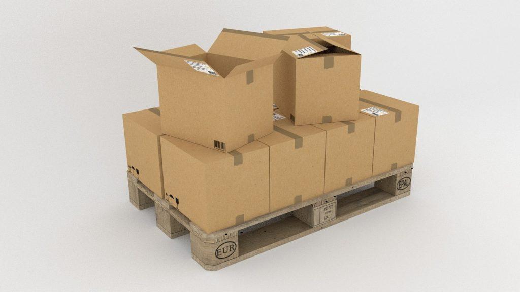 Caixas de papelão empilhadas em uma estrutura de madeira. Temos um fundo branco. fundo. Imagem ilustrativa para texto seguro de frota.