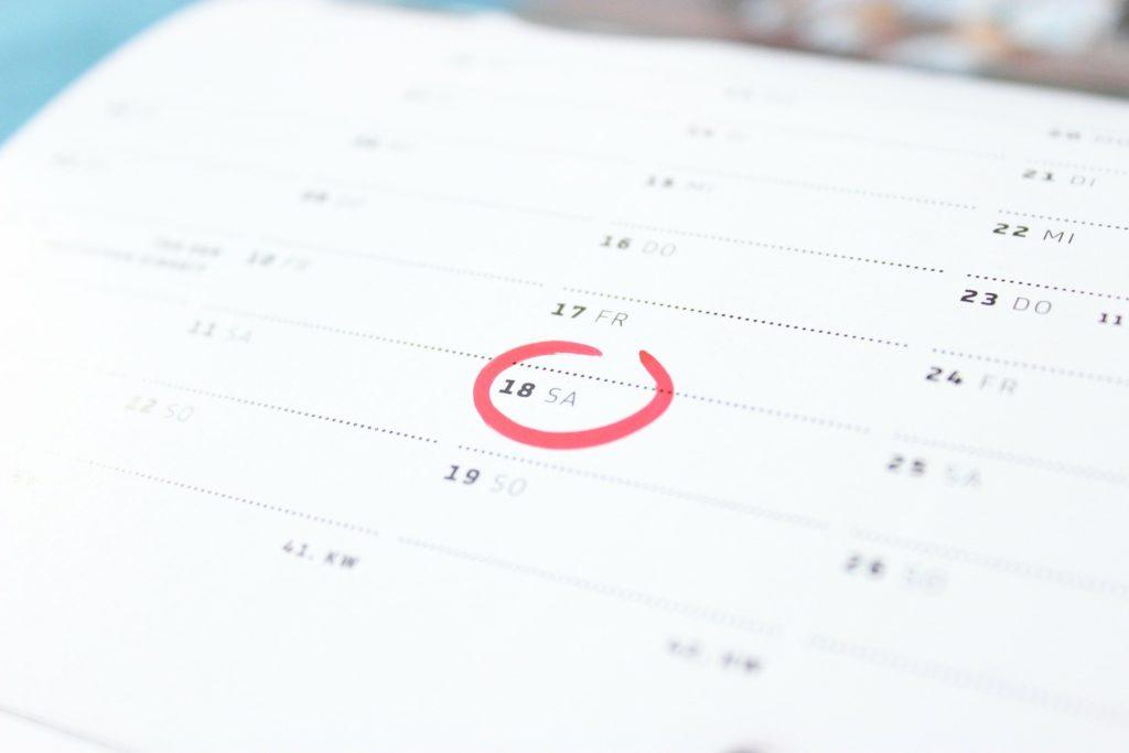Foto de um calendário branco, com um círculo vermelho na data 18. Ilustração do texto tipos de seguro de vida.