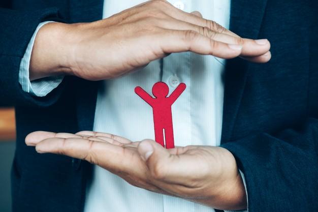 homem protegendo um bonequinho nas mãos imagem ilustrativa benefícios seguro vida