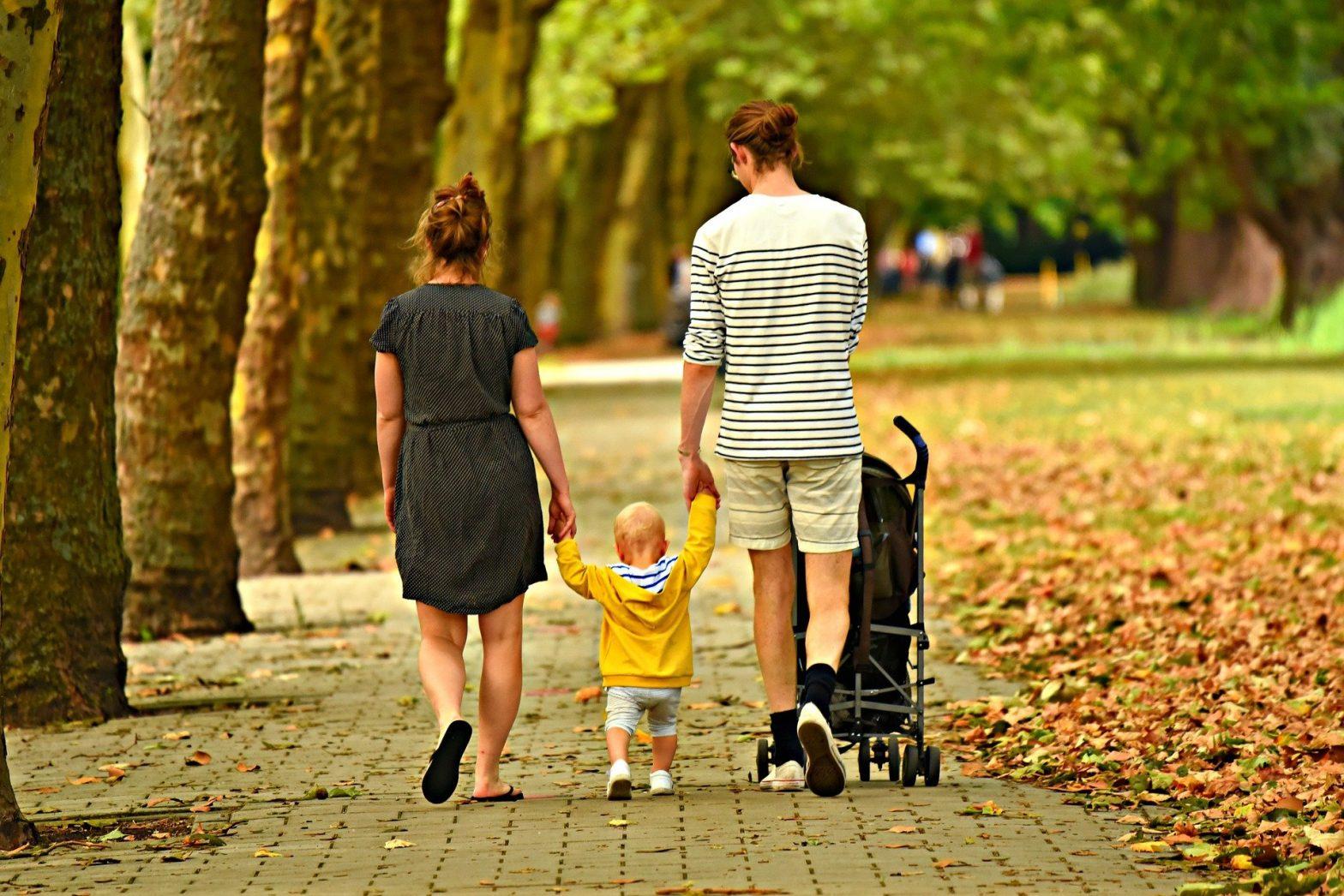Foto de uma familia caminhando no parque com um bebê. Imagem ilustrativa para o texto sinistro no seguro de vida.