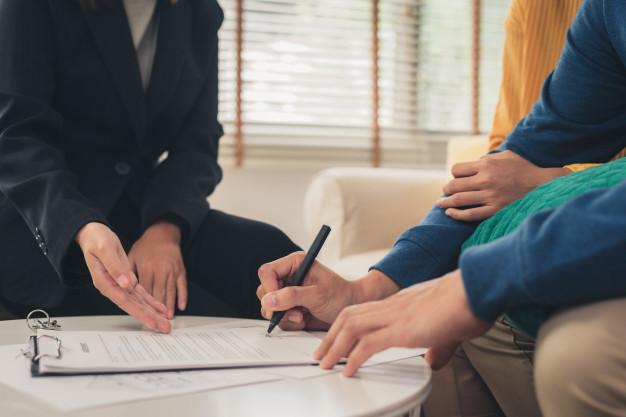 imagem de pessoas sentadas em volta de uma mesa avaliando documento imagem ilustrativa texto vantagens seguro vida empresa