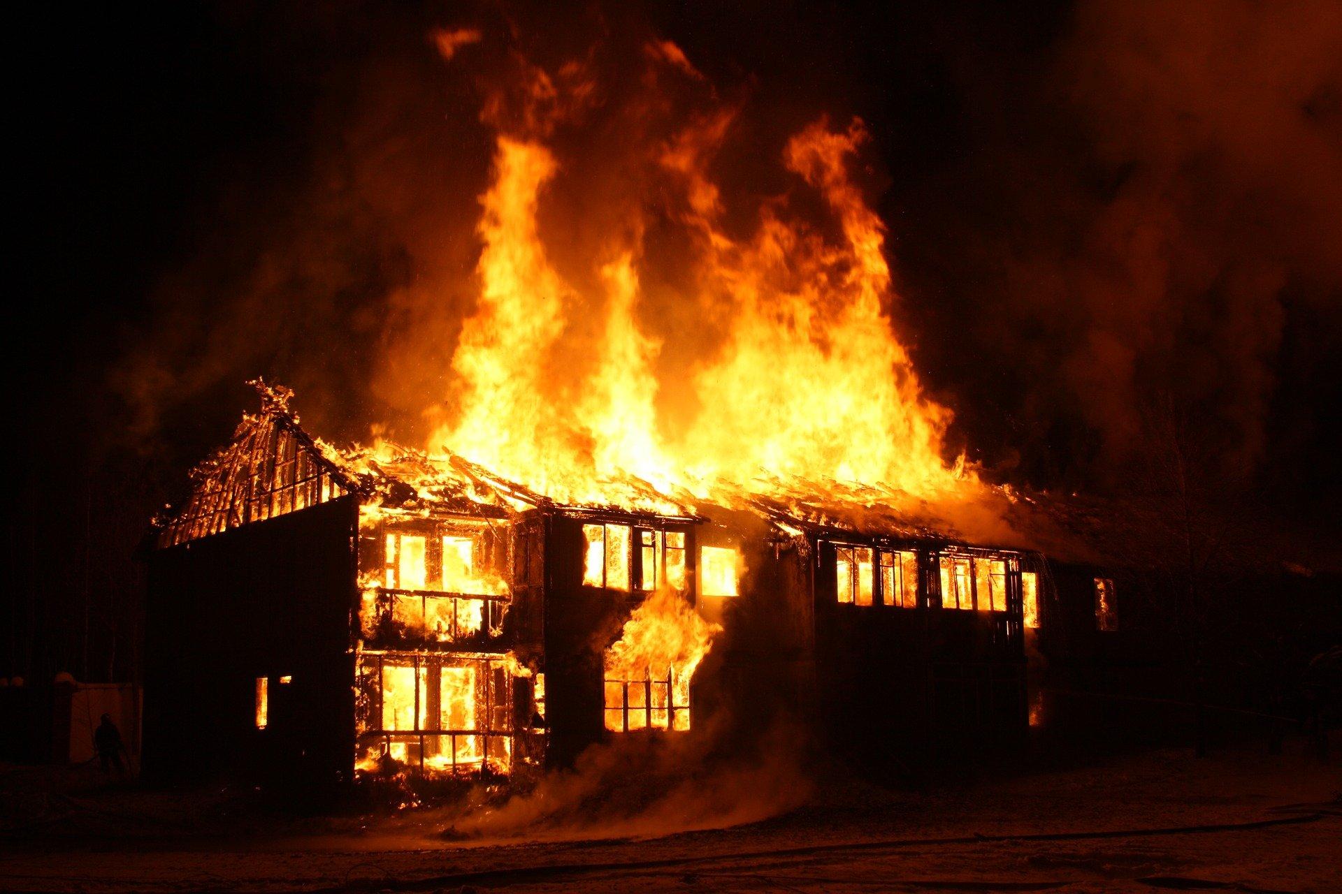 Foto de uma casa pegando fogo.