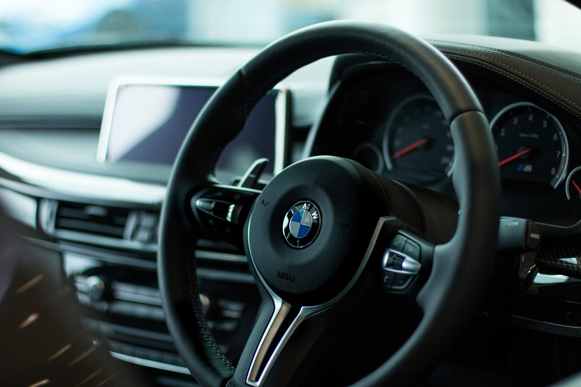 Foto da parte interior de um carro, focado no volante. Imagem ilustrativa para o texto seguro auto para deficiente físico.