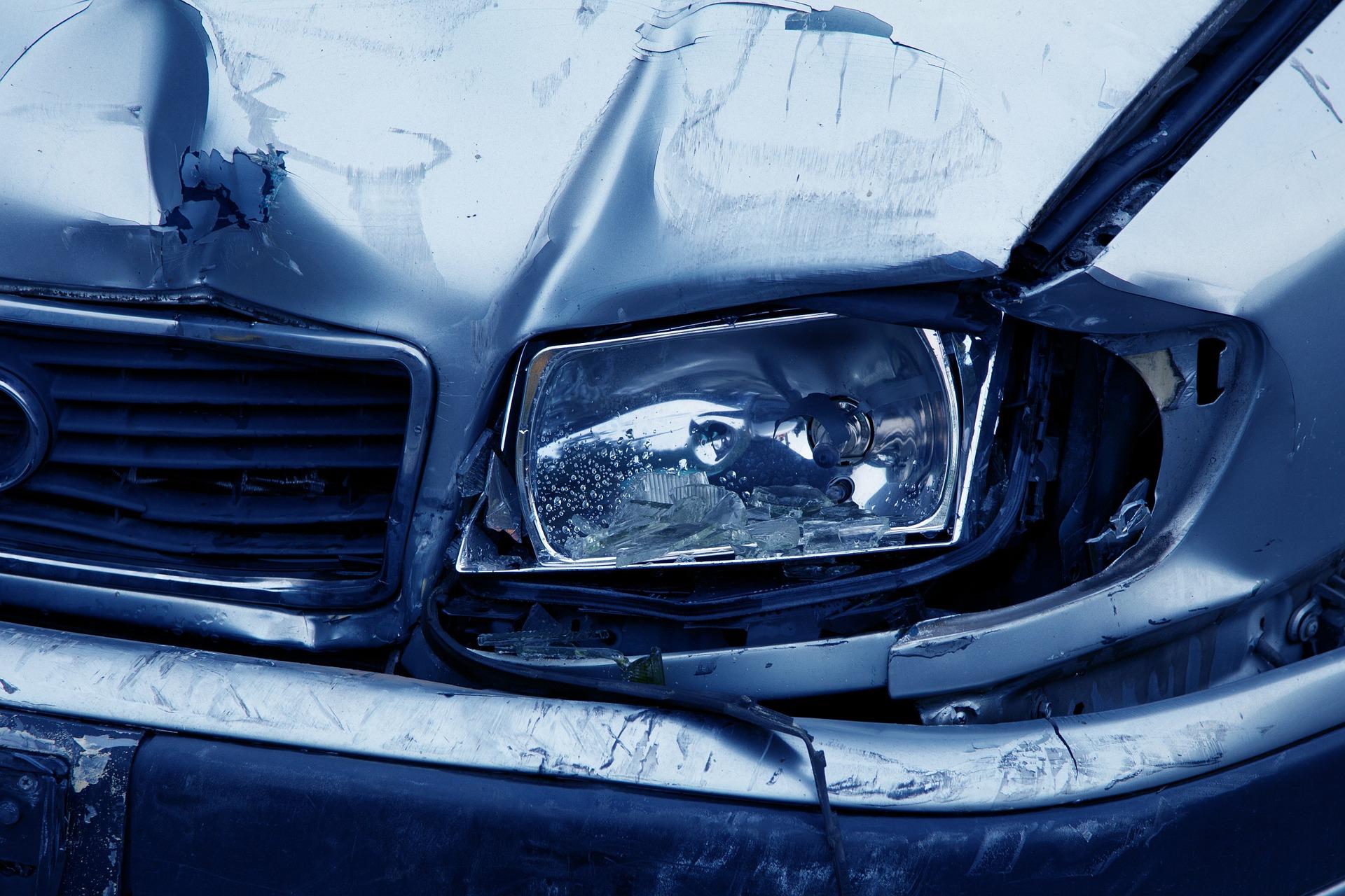 Foto do farol de um carro danificado. Imagem ilustrativa para o texto seguro auto para deficiente físico.