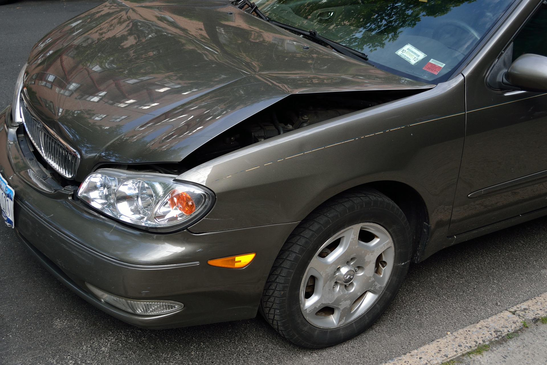 Foto de um carro com o capô amassado. Imagem ilustrativa para o texto valor da franquia do seguro.
