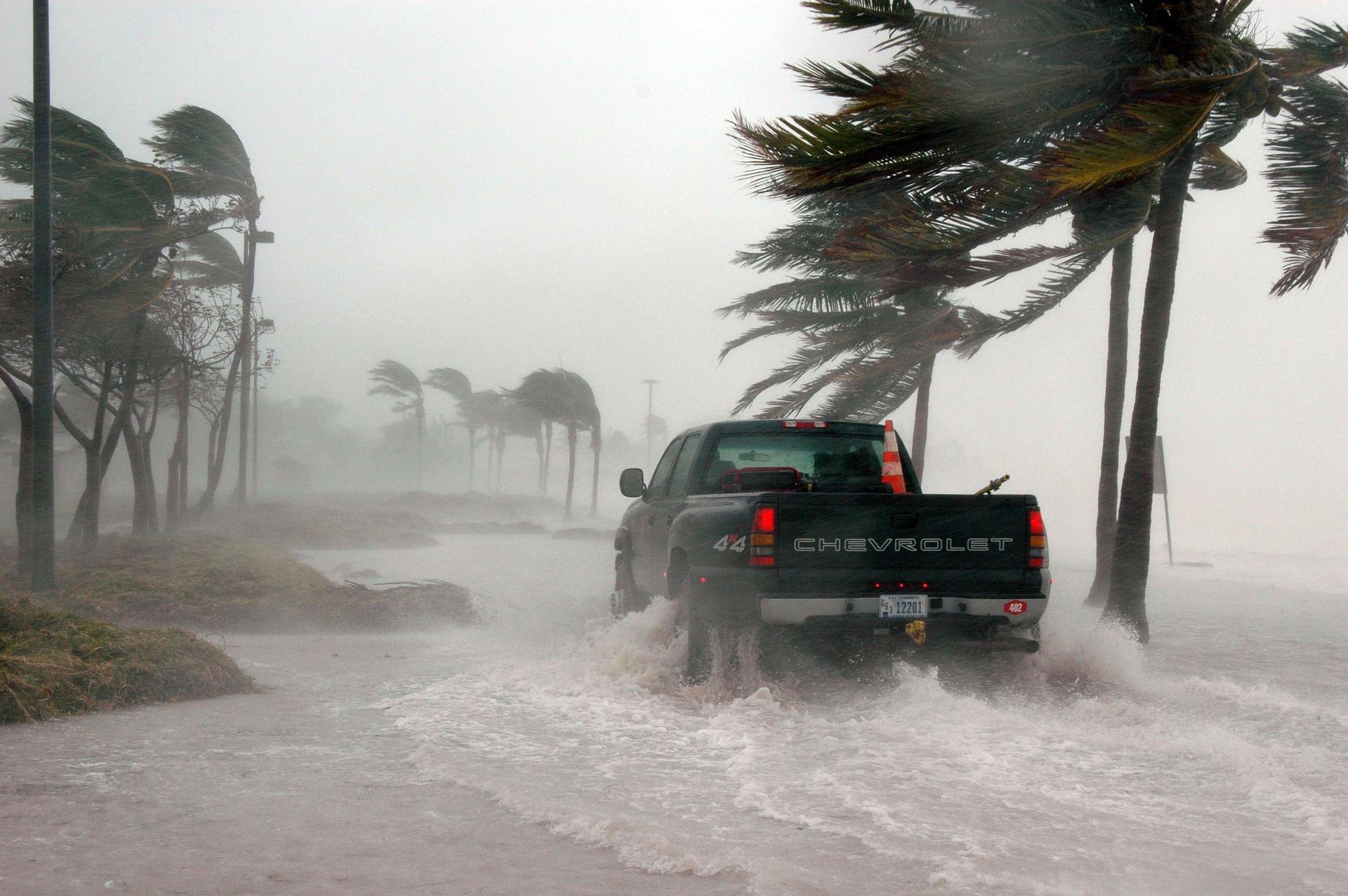 Foto do carro em meio a uma tempestade. Imagem ilustrativa para o texto seguro contra intempéries.