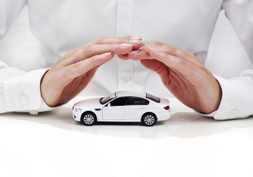 mãos protegendo carro de brinquedo imagem ilustrativa texto escolher seguro auto