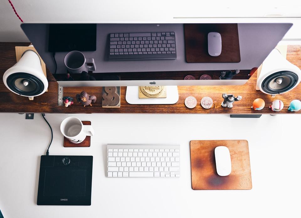 Foto de uma mesa com computador. Imagem ilustrativa para o texto melhores franquias do Brasil .
